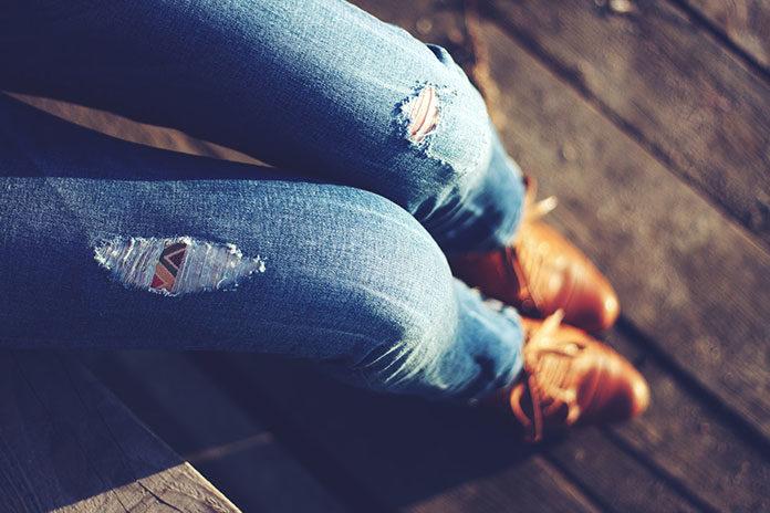 Zamki, lampasy i koronki, czyli jeansowe trendy 2019