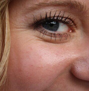 Odpowiednia pielęgnacja skóry twarzy chroni przed zmarszczkami